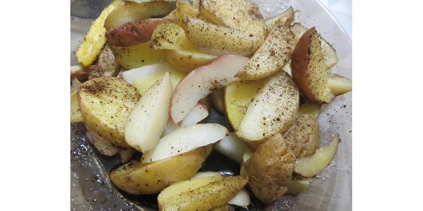 Картофель дольками запечённый в духовке.